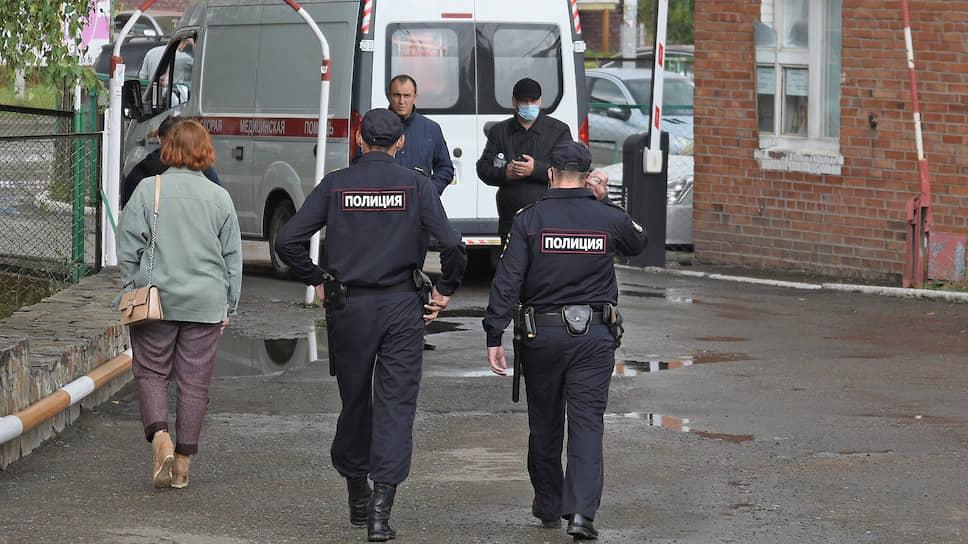 Сотрудники полиции возле омской больницы