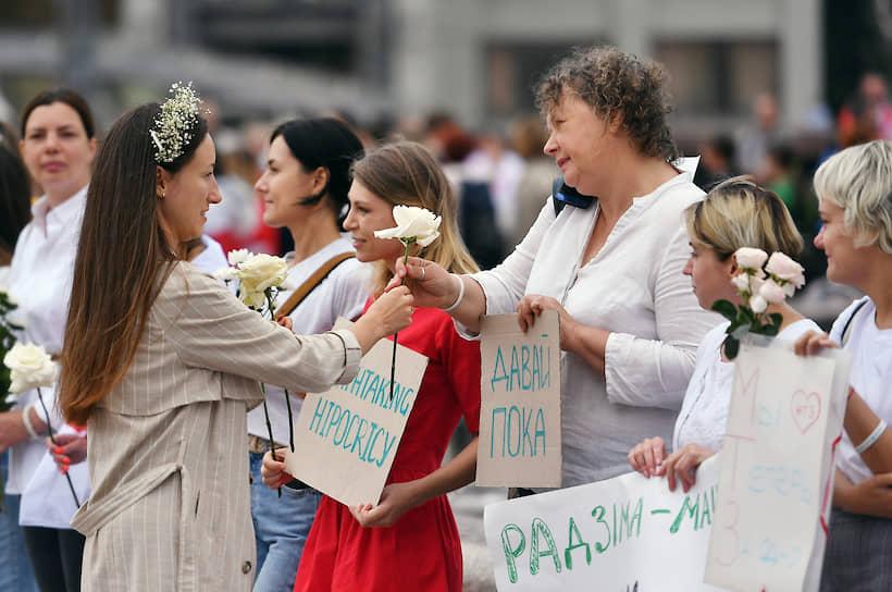 Женщины традиционно держали в руках цветы, протестуя против насилия