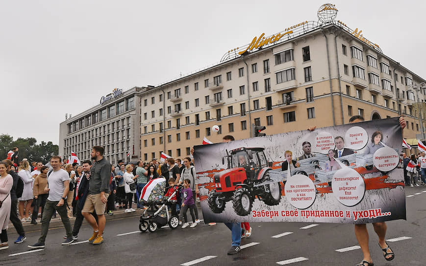 Участники марша протеста в Минске направляются к резиденции Александра Лукашенко