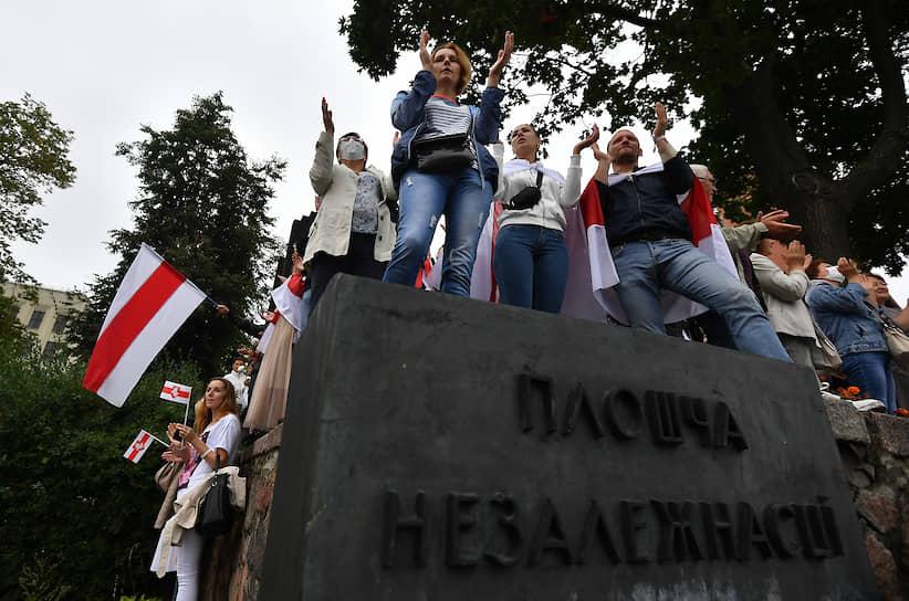 Вечером участники акции ушли в центр города, туда же от резиденции и от стелы «Минск — город-герой» стягивались силовики. С наступлением темноты протестующие закончили акцию