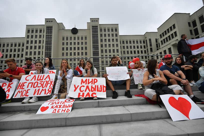 Участники акции протеста с плакатами