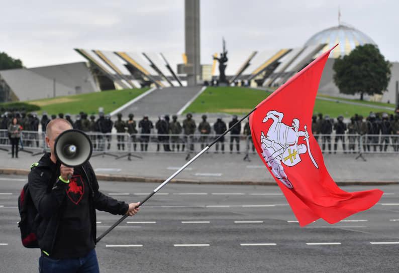 Саму стелу оцепили силовики — министр обороны республики ранее призывал не нарушать порядок возле мемориалов и памятников защитникам Отечества