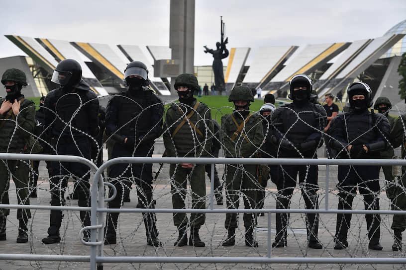 Оцепление у стелы «Минск — город-герой»