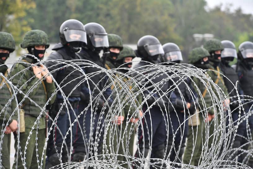 Затем протестующие выдвинулись к гостинице «Планета», которая находится напротив стелы «Минск — город-герой»