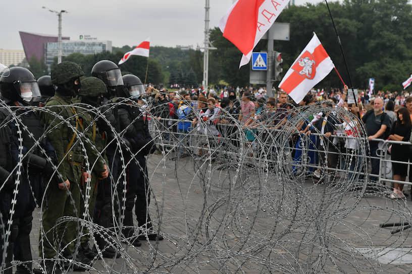 Сотрудники ОМОН перекрыли путь участникам протестного марша возле резиденции Александра Лукашенко