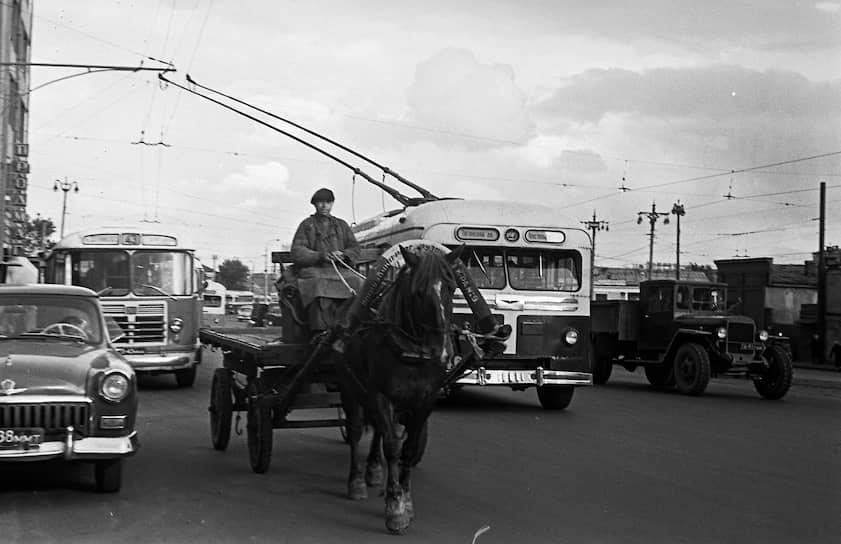 Десятки московских троллейбусов отправляли в тыл. Многие из них затем распределили по другим городам, где в годы войны открыли троллейбусное движение
