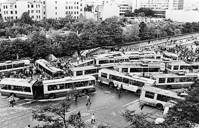 В 1991 году троллейбусы сыграли свою роль во время августовского путча. Люди перегородили ими проезжую часть, чтобы преградить путь танкам