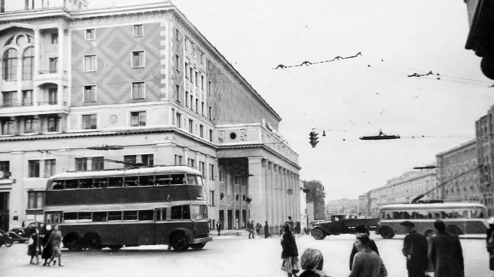 В начале 1941 года в Москве работало три троллейбусных парка, которые обслуживали 17 маршрутов. Движение в городе осложнялось не только светомаскировкой, но и постоянным повреждением дорог и контактной сети