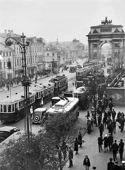 В январе 1934 года первую линию продлили до площади Революции, в конце того же года была открыта вторая линия — по Арбату На фото: троллейбусы у Триумфальной арки возле Белорусского вокзала, которая позже была снесена