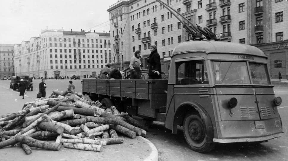 К началу Великой Отечественной войны в 1941 году Москва по численности троллейбусов (599 единиц) занимала второе место в мире после Лондона, где их было 1820 единиц <br> На фото: женщины разгружают дрова на улице Горького, 1941 год