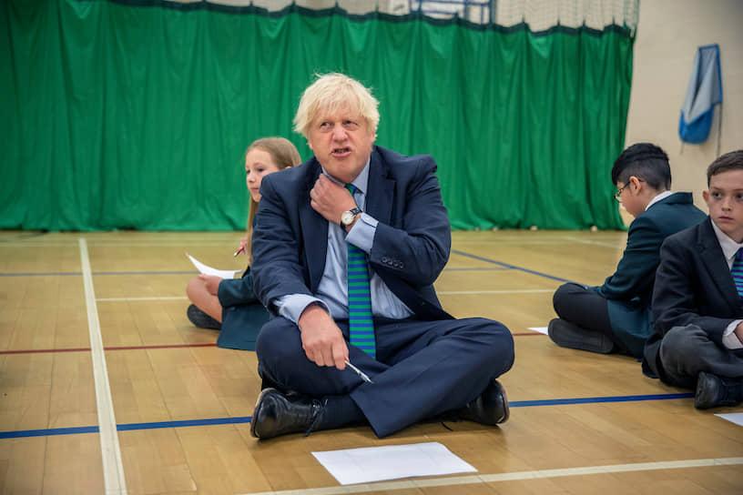 Колвилл, Великобритания. Премьер-министр Борис Джонсон с учениками школы, где возобновились занятия