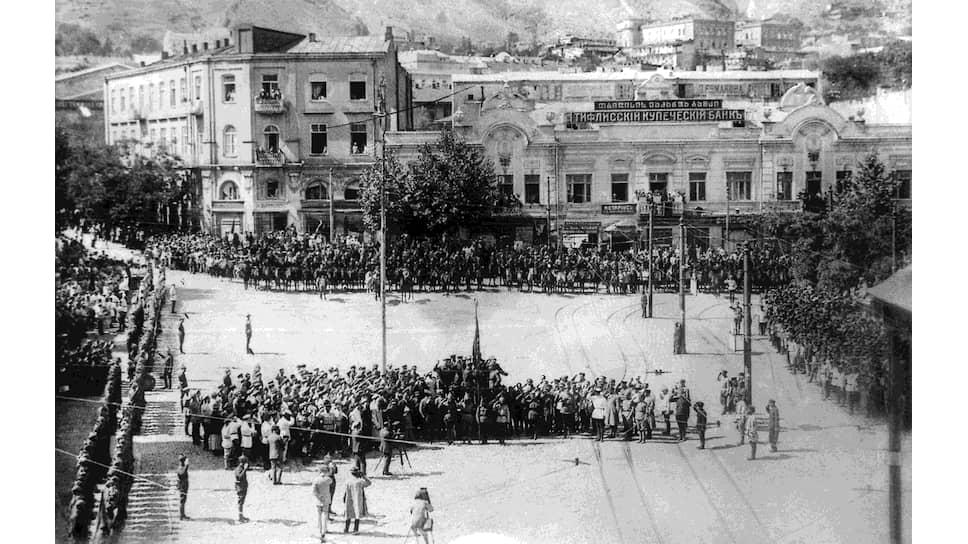 """""""Ревкомы,— писал Сытин,— своими действиями по отношению к нашей армии до глубины души возмущают"""" (на фото — парад частей Красной армии по случаю взятия Тифлиса, 1921 год)"""