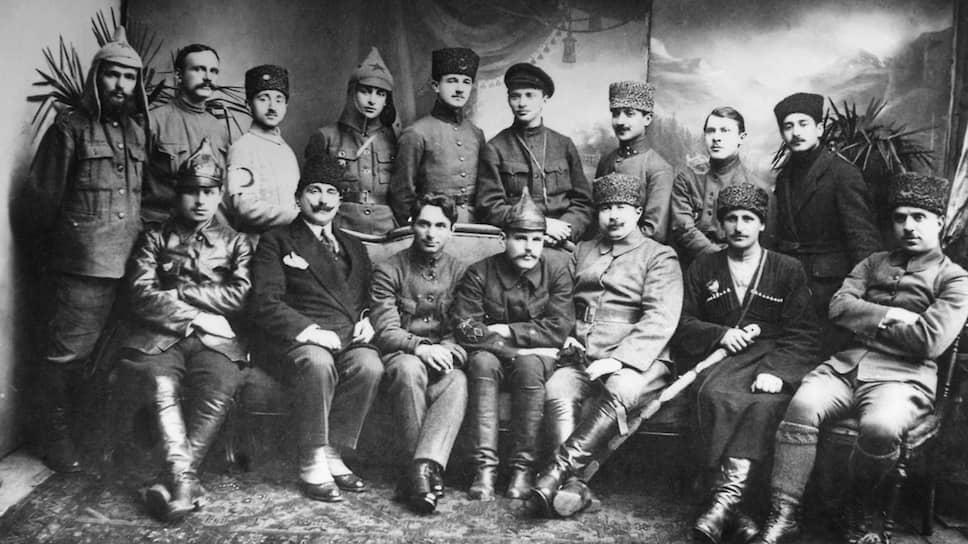 """""""Среди кемалистов большевиков нет и не может быть… Что касается их дружбы с большевиками, то это сплошная симуляция, необходимая до тех пор, пока их не признает Антанта"""" (на фото — советские и турецкие командиры после взятия Батуми, 1921 год)"""