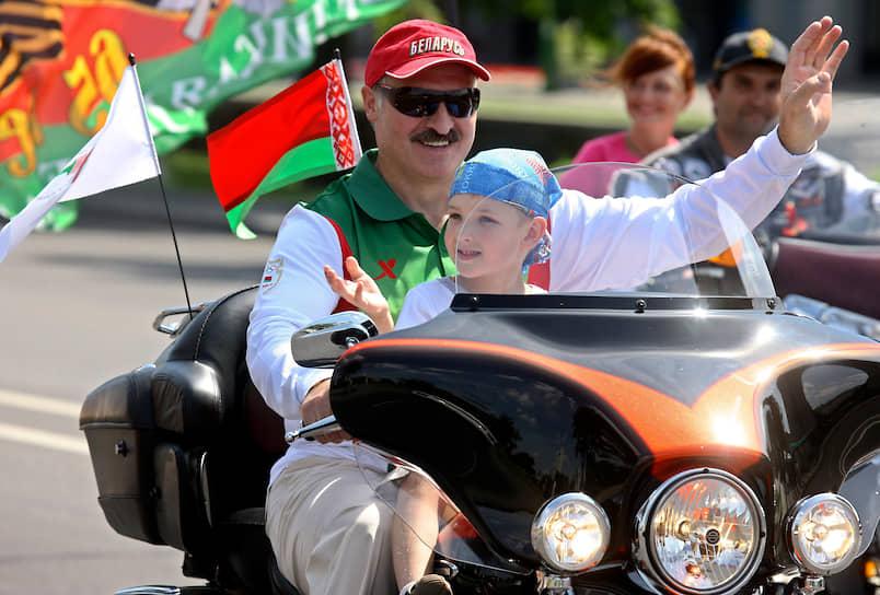 Александр Лукашенко с сыном на мотоцикле Harley Davidson в Минске, июль 2009 года