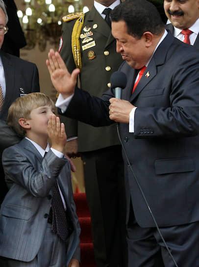 Президент Венесуэлы Уго Чавес (справа) с Николаем Лукашенко в Каракасе, июнь 2012 года