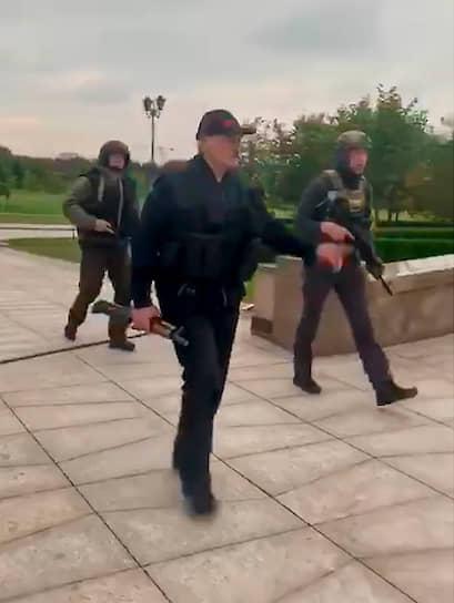 Александр Лукашенко с автоматом Калашникова и его 15-летний сын Николай (справа) на территории Дворца Независимости в Минске во время массовых протестов с требованием отставки господина Лукашенко, 24 августа 2020 года