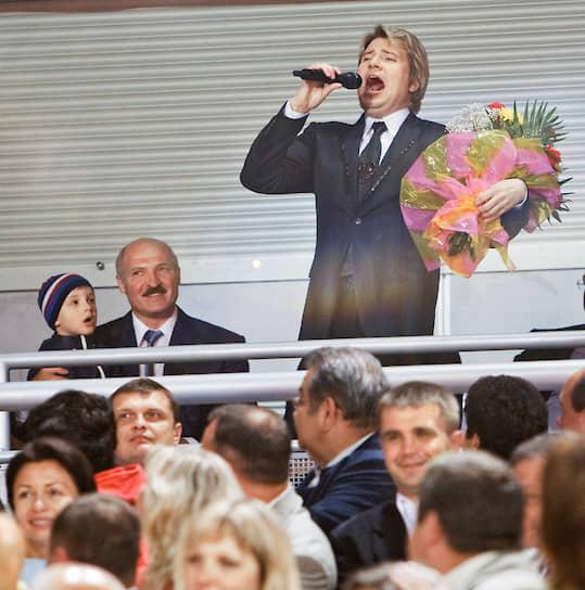 Александр Лукашенко с сыном слушают певца Николая Баскова на фестивале «Славянский базар» в Витебске, июль 2008 года