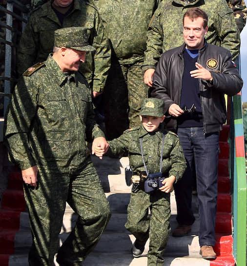 Александр Лукашенко с сыном Колей и президент России Дмитрий Медведев (справа) во время учений «Запад-2009» в Брестской области