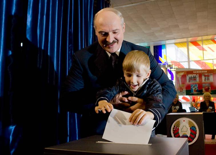 Четырехлетний Коля Лукашенко с отцом на парламентских выборах в Белоруссии 28 сентября 2008 года