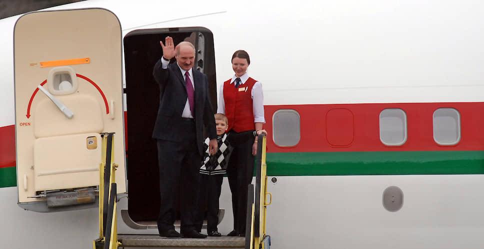 Александр Лукашенко с четырехлетним сыном Николаем во время визита в Сербию, март 2009 года