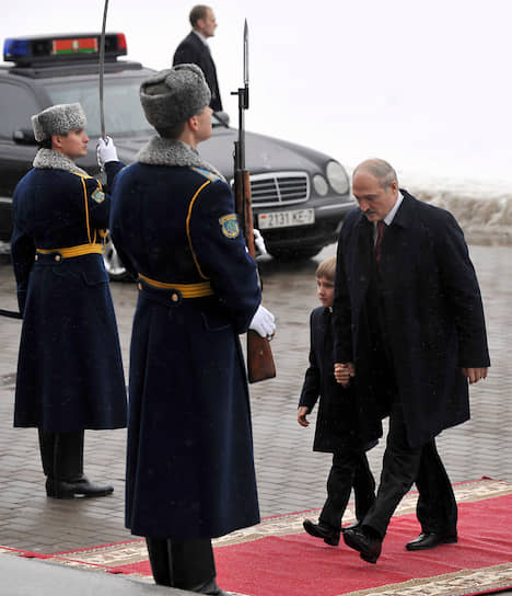 Александр Лукашенко с сыном прибыл на церемонию своей инаугурации 21 января 2011 года