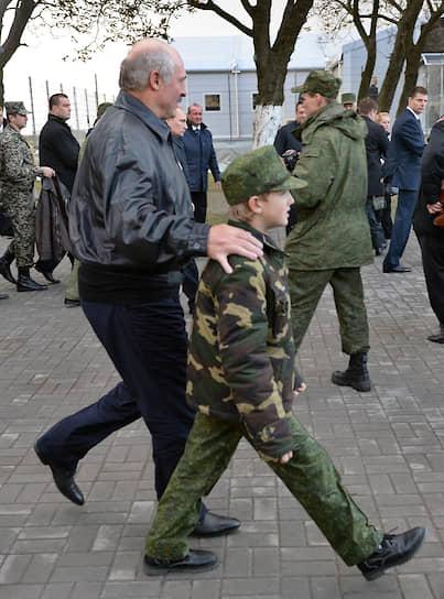 Девятилетний Николай Лукашенко с отцом на российско-белорусских стратегических учениях «Запад-2013» в Калининградской области