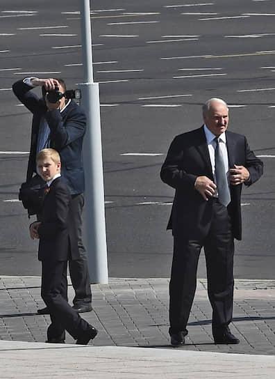 Девятилетний Николай Лукашенко с отцом на церемонии возложения цветов к стеле «Минск — город-герой», июль 2014 года