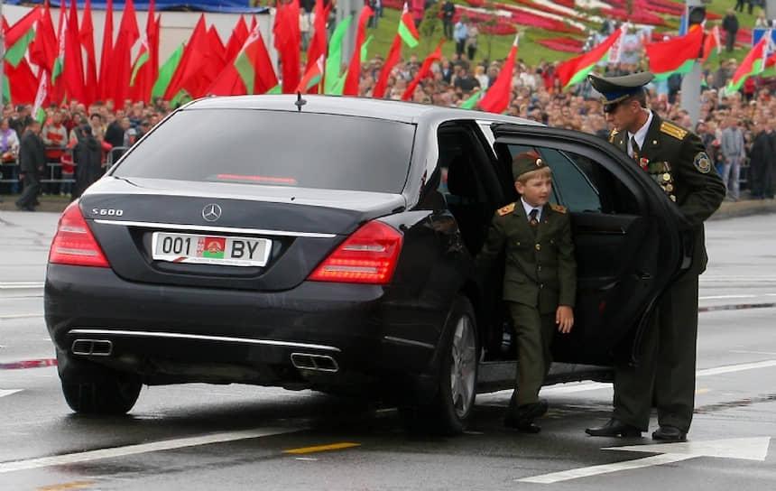 Шестилетний Николай Лукашенко на военном параде в Минске, посвященном Дню независимости Белоруссии, июль 2011 года