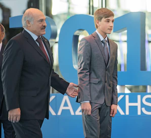12-летний Николай Лукашенко с отцом на церемонии открытия выставки «Астана ЭКСПО 2017»