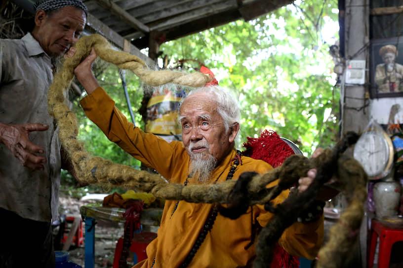 Тьензянг, Вьетнам. Пожилой мужчина демонстрирует свои длинные волосы