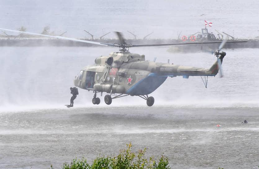 Показательное десантирование из вертолета Ми-8 в рамках Армейских международных игр-2020 на полигоне Алабино