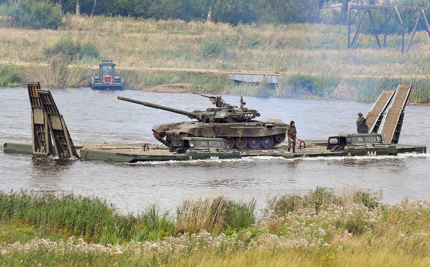 Переправа танка Т-72Б3 на паромно-мостовой машине ПММ-2М через водную преграду на полигоне Алабино