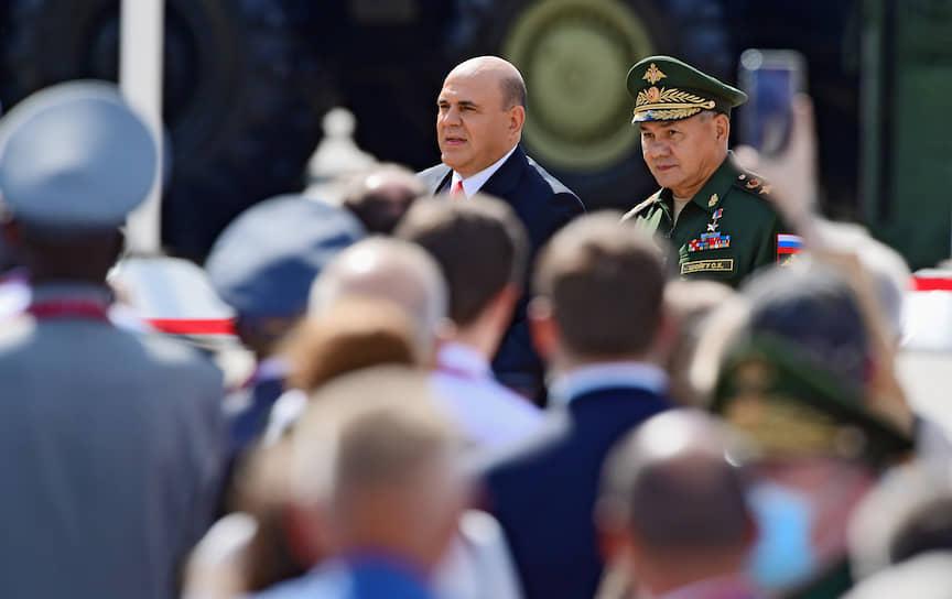 Министр обороны России Сергей Шойгу (справа) и председатель правительства России Михаил Мишустин во время церемонии открытия форума «Армия-2020»