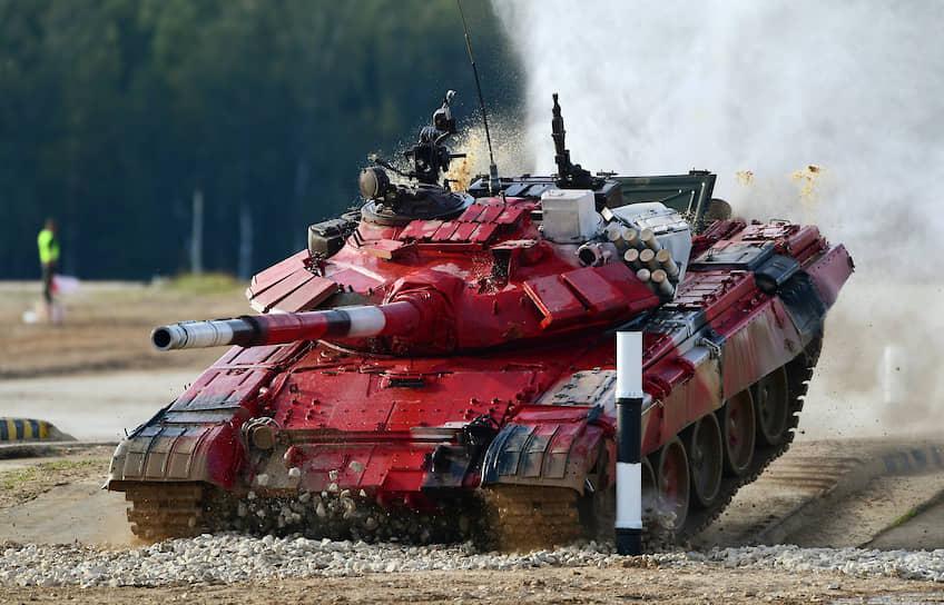 Танк Т-72Б3 экипажа из Азербайджана во время индивидуальной гонки конкурса «Танковый биатлон» на полигоне Алабино