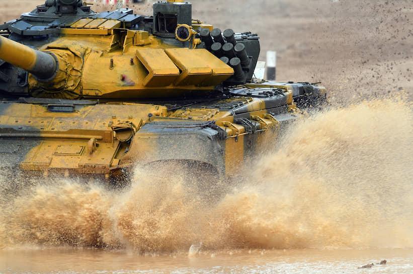 Экипаж из Вьетнама на танке Т-72 на полигоне Алабино