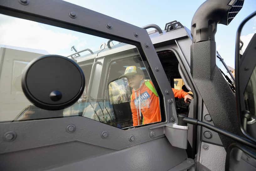 Посетители во время осмотра военной техники на полигоне Алабино