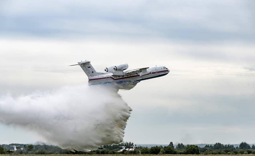 Самолет-амфибия БЕ-200ЧС на церемонии открытия главной площадки форума «Армия-2020» в Восточном военном округе