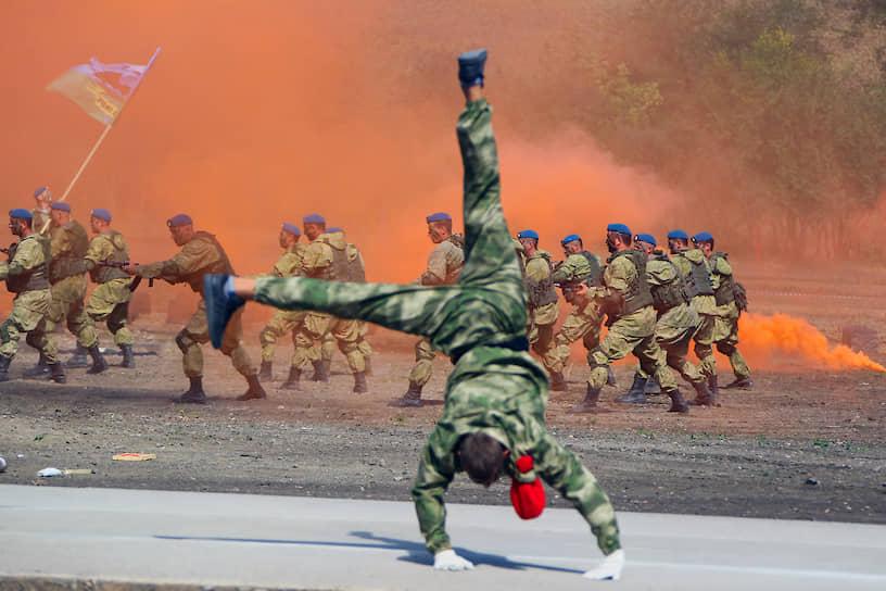 Показательные выступления десантников на территории музейного комплекса «Самбекские высоты» в Ростовской области