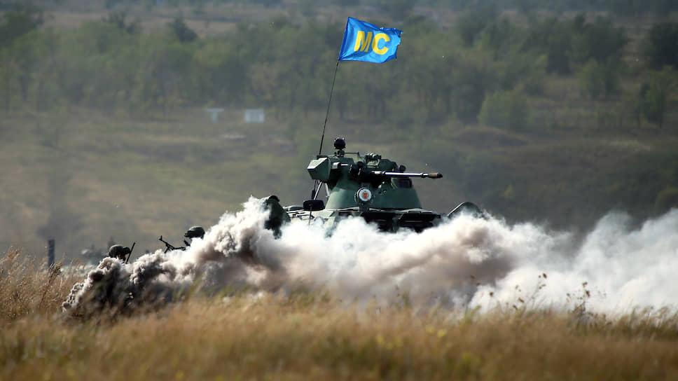 Показательный бой миротворцев с террористами на Рощинском полигоне в Самарской области