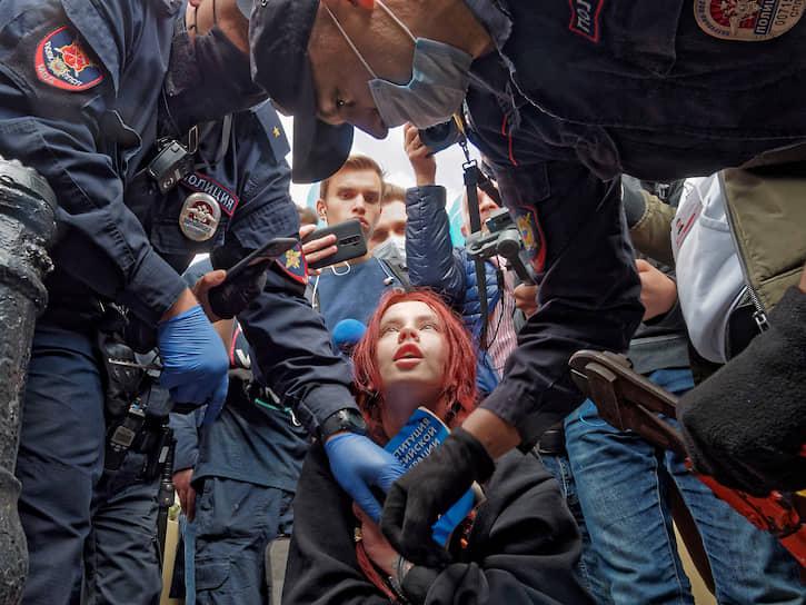 1 августа. Санкт-Петербург, Россия. Полицейские пытаются разорвать цепь, которой активистка приковала себя к ограде на Малой Садовой улице в знак солидарности с протестующими Хабаровска