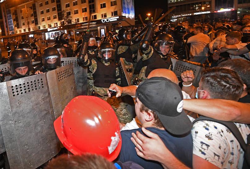 9 августа. Минск. Протестующие и сотрудники правоохранительных органов
