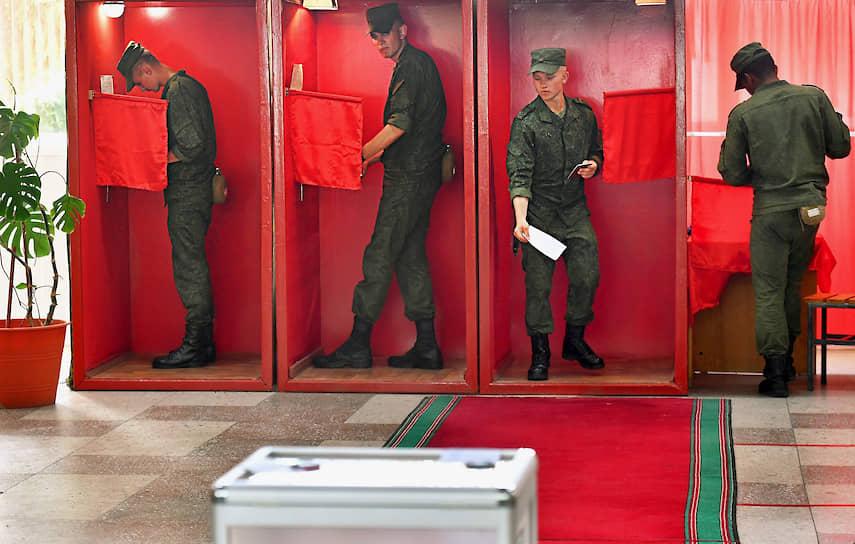 8 августа. Минск, Белоруссия. Военнослужащие 120-й гвардейской механизированной бригады досрочно голосуют на президентских выборах