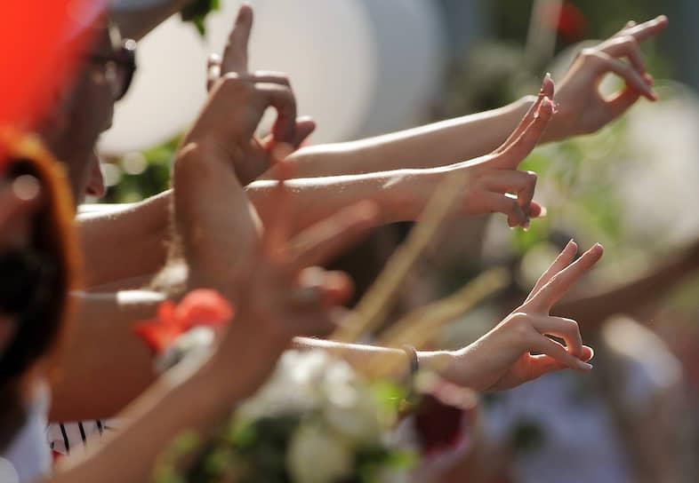 14 августа. Минск. Участники акции «Цепь солидарности» в поддержку задержанных и пострадавших во время протестов в Белоруссии