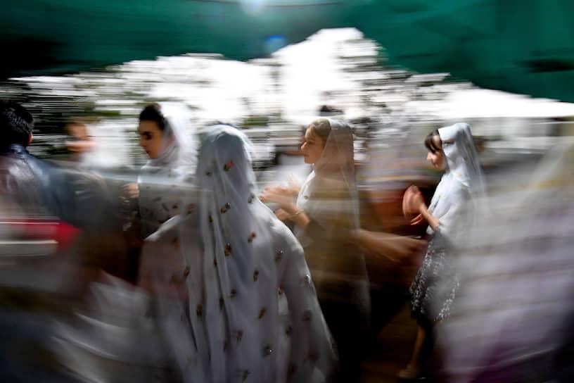 22 августа. Село Кубачи, Дагестан, Россия. Местные жительницы на свадьбе
