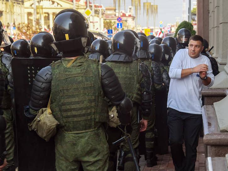 30 августа. Минск. Сотрудники правоохранительных органов на проспекте Независимости во время очередной акции протеста