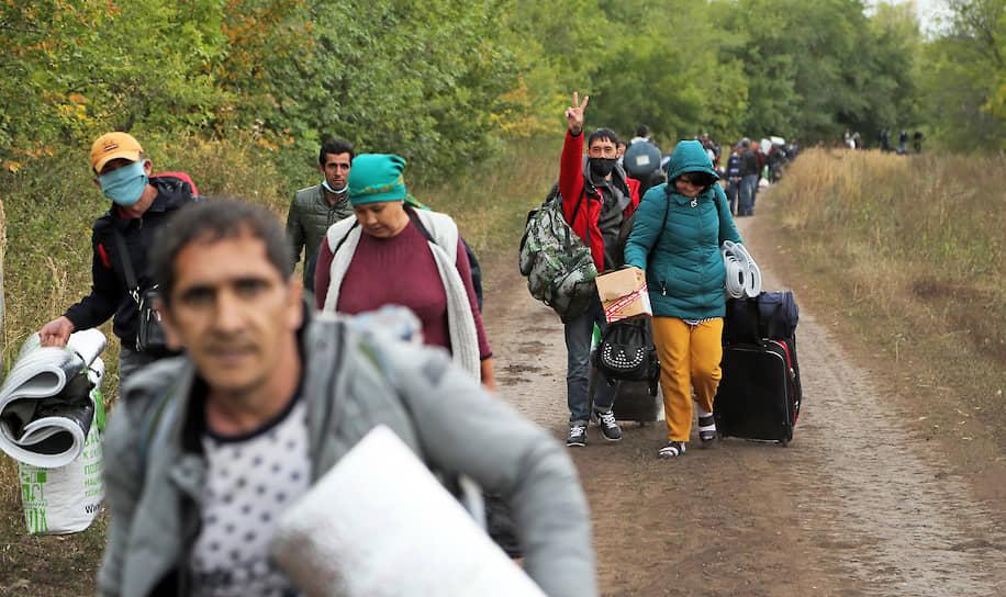 21 августа. Кинельский район, Самарская область. Граждане Узбекистана, живущие в палаточном полевом лагере в ожидании открытия границ