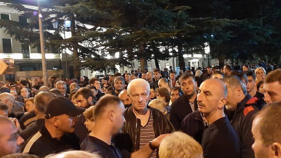 Протест местных жителей против произвола силовиков на главной площади Цхинвала