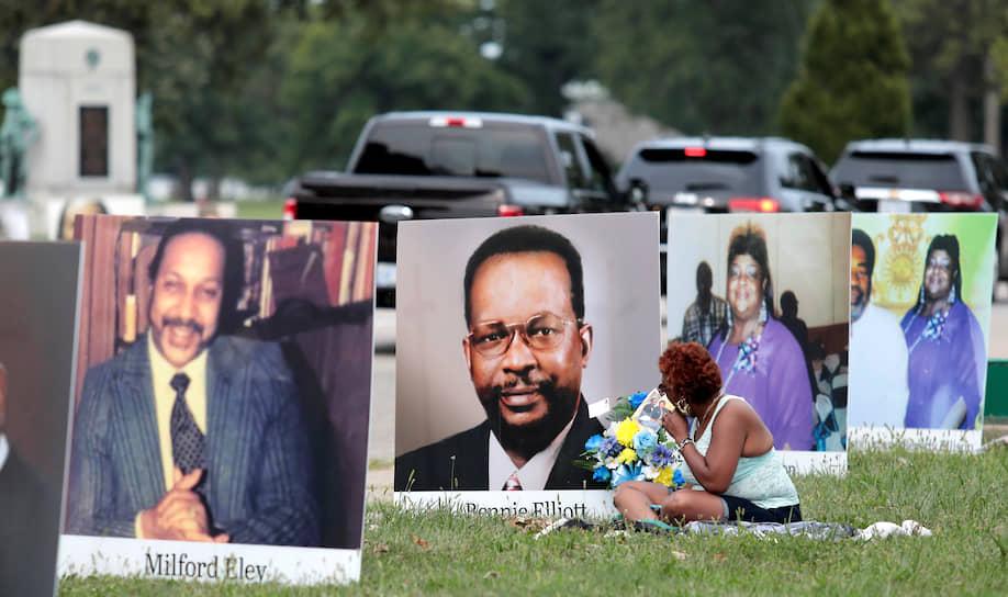 Детройт, США. Портреты местных жителей, погибших от коронавируса, выставленные у дороги