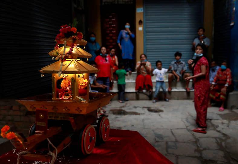 Катманду, Непал. Местные жители собрались отметить религиозный праздник
