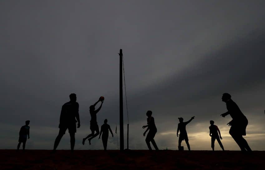 Коломбо, Шри-Ланка. Молодежь играет в волейбол